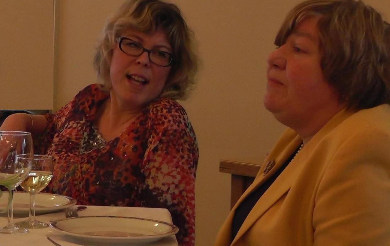 Erika van der Lelij en Liesbeth Waals in Een Lichte Lunch